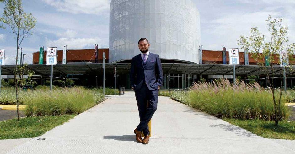 Un hombre de pie frente al centro de convenciones