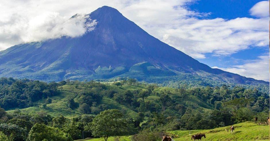 Vista del volcán Arenal, uno de los puntos turísticos de San Carlos
