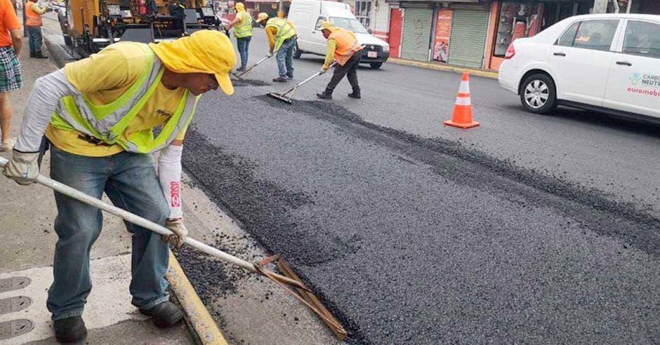 Personal contratado por Conavi en labores de mantenimiento de vías