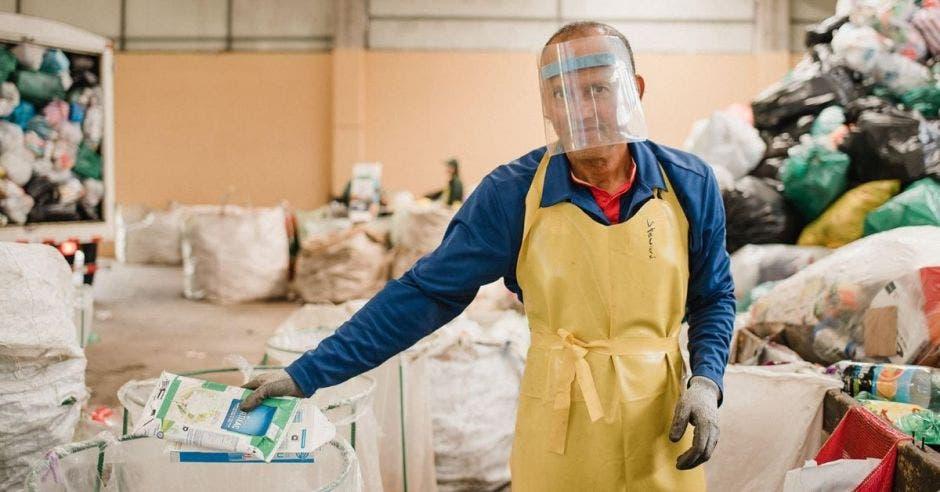 Un hombre separa los residuos en un centro de acopio