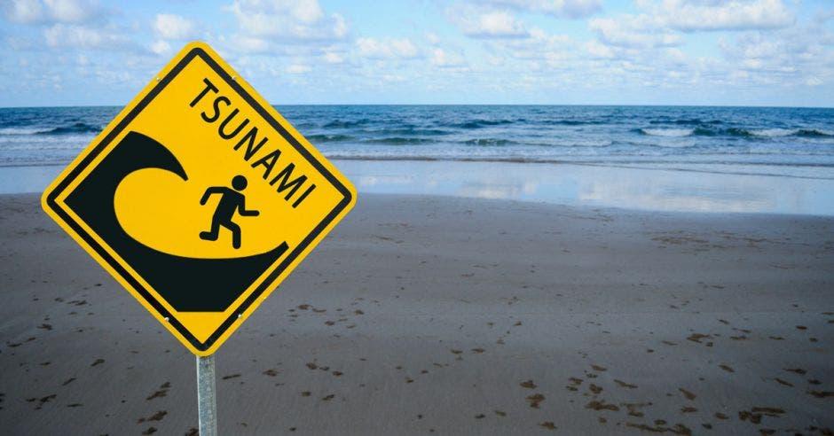 Un signo de advertencia amarillo con la palabra tsunami escrita sobre él