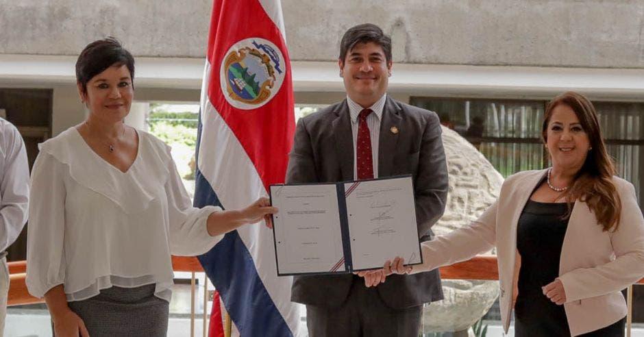 Carlos Alvarado firma ley de Seguros de Vida del Magisterio.