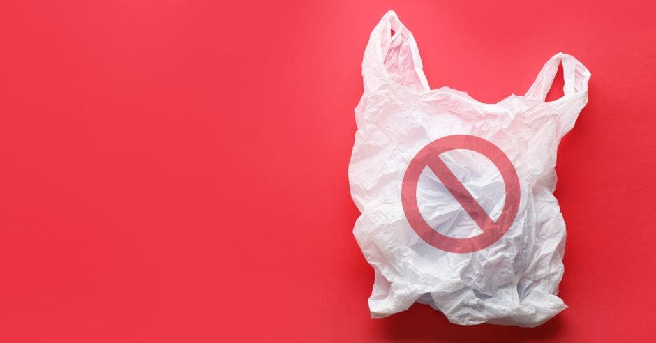 Una bolsa plástica con el símbolo de prohibición