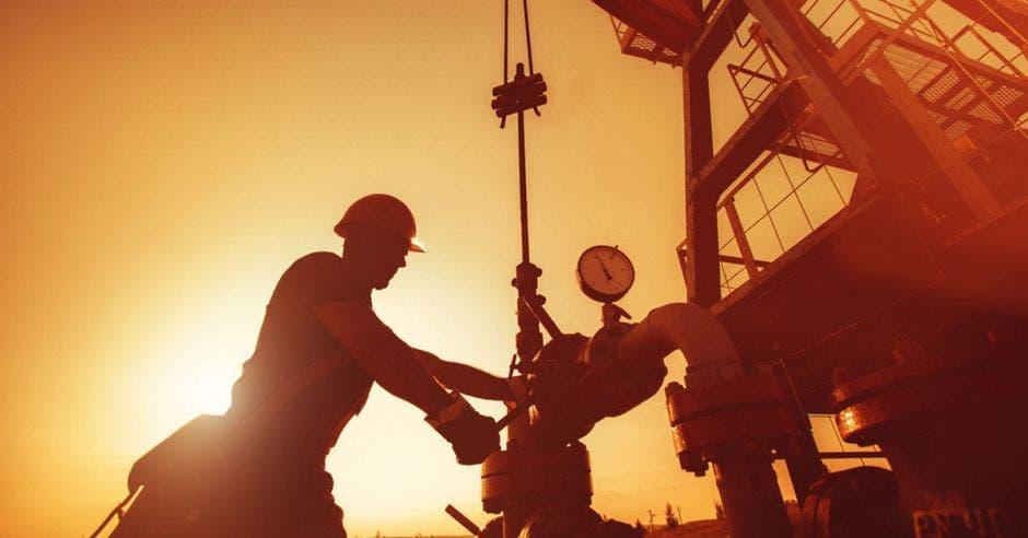 Un grupo de hombres extrae petróleo