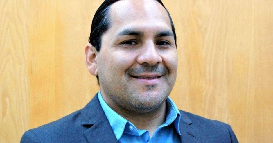 Un hombre de tez blanca con traje y corbata