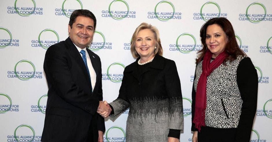Juan Orlando Hernández y su esposa Ana García (derecha), contrajeron la Covid-19. En la foto los acompaña Hillary Clinton