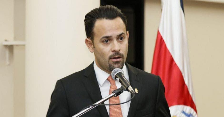 Un hombre habla frente a un micrófono