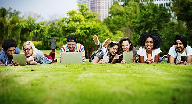 Un grupo de jóvenes estudian al aire libre