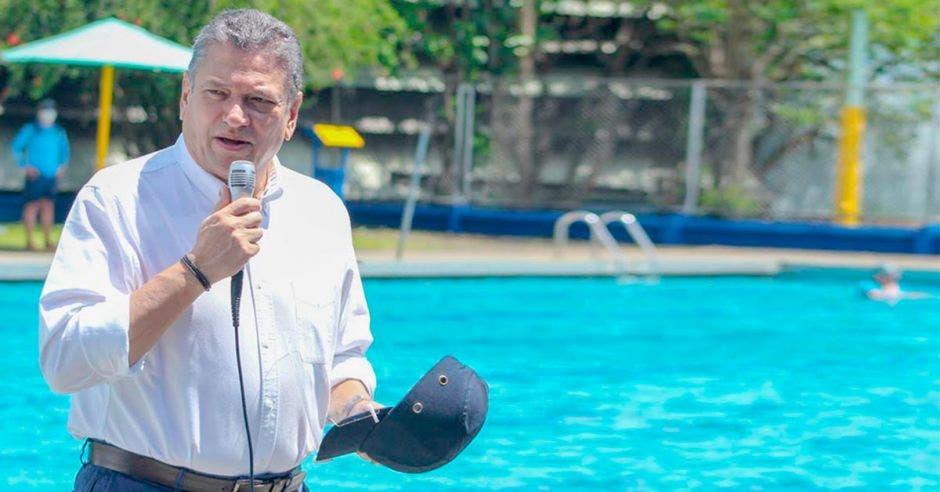 Foto del alcalde Johnny Araya, en las piscinas Sylvia Poll.