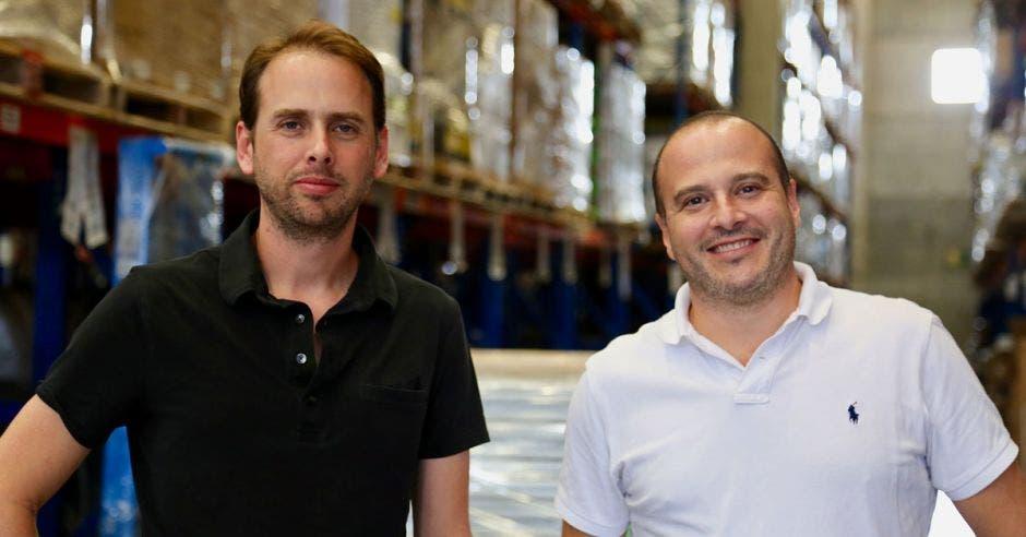 Dos hombres, uno de camisa negra y otro con camisa blanca