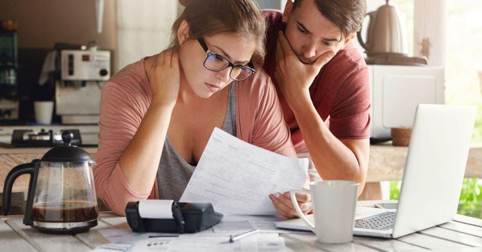 Pareja analizando sus finanzas