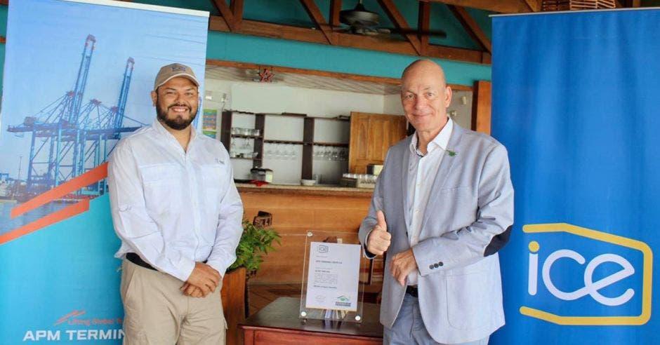 Marco Acuña, gerente de Electricidad del ICE y Hartmut Goeritz, director general de APM Terminals