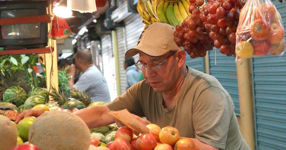 Vendedor de frutas del mercado Borbón