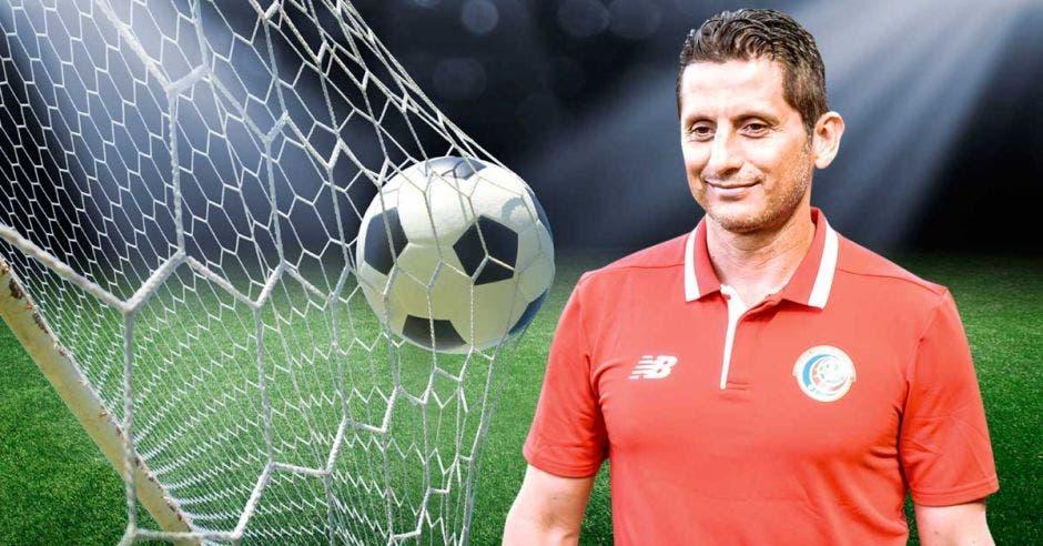 Rónald González, entrenador de la Selección mayor masculina de fútbol, frente a una cancha con un balón