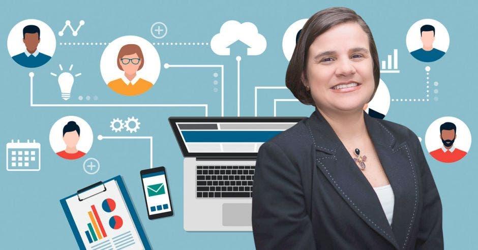 Mujer posa frente a una computadora, celular y gráficos