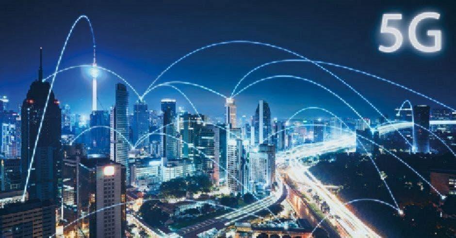 Ciudad de noche con múltiples edificios conectados con tecnología 5G