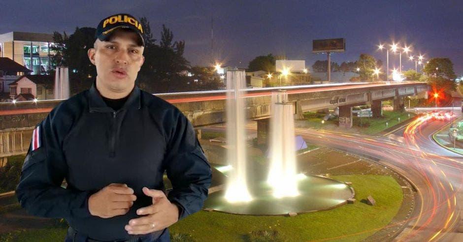 Daniel Calderón, director de la Fuerza Pública, al frente de una fuente