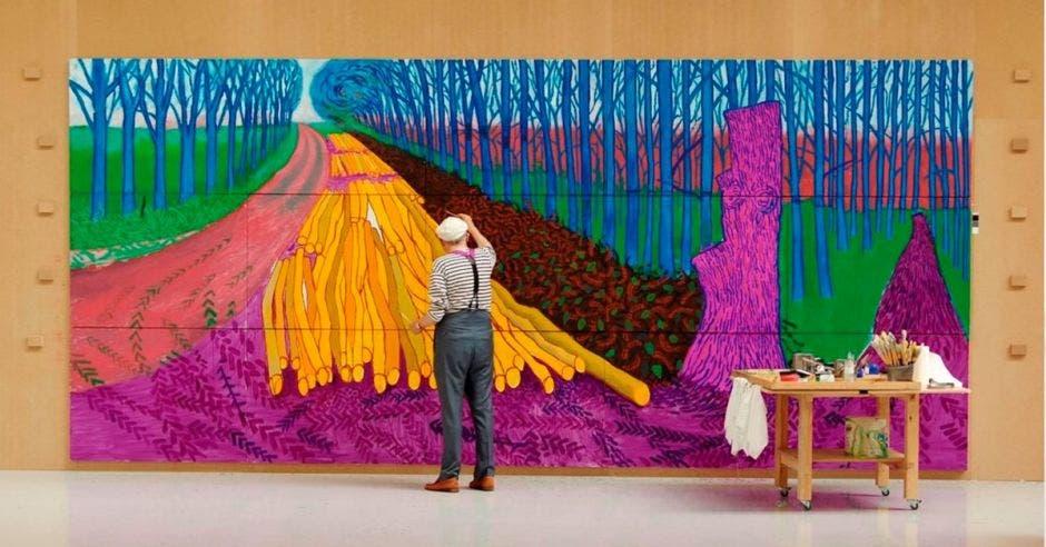 Hombre pintando mural