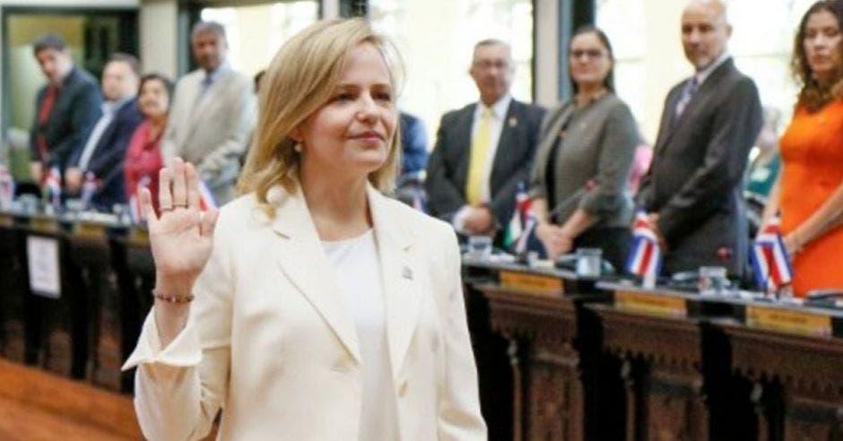 Catalina Crespo siendo nombrada en su cargo