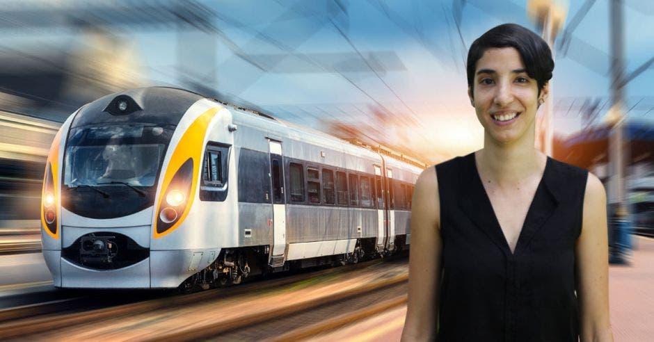 Un mujer posa frente a un tren eléctrico