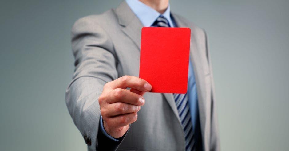 Hombre sacando tarjeta roja