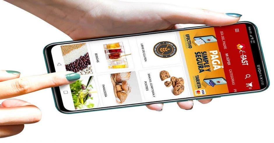 Persona utiliza celular para ver la app