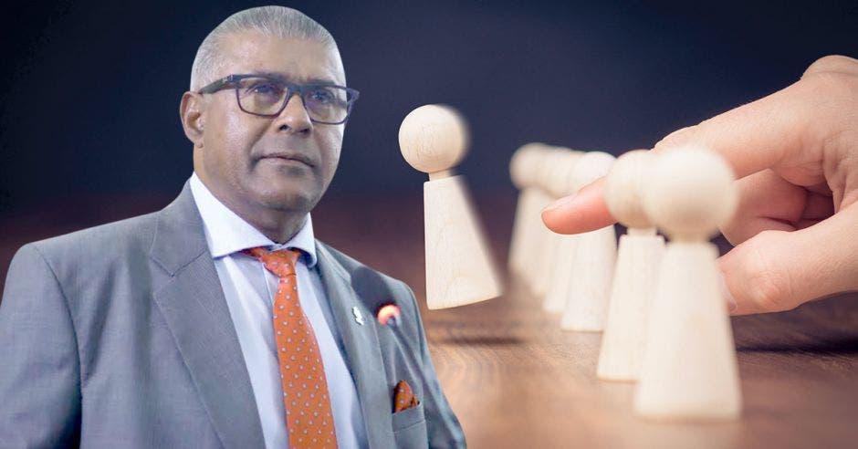 Hombre posa frente a un juego de ajedrez