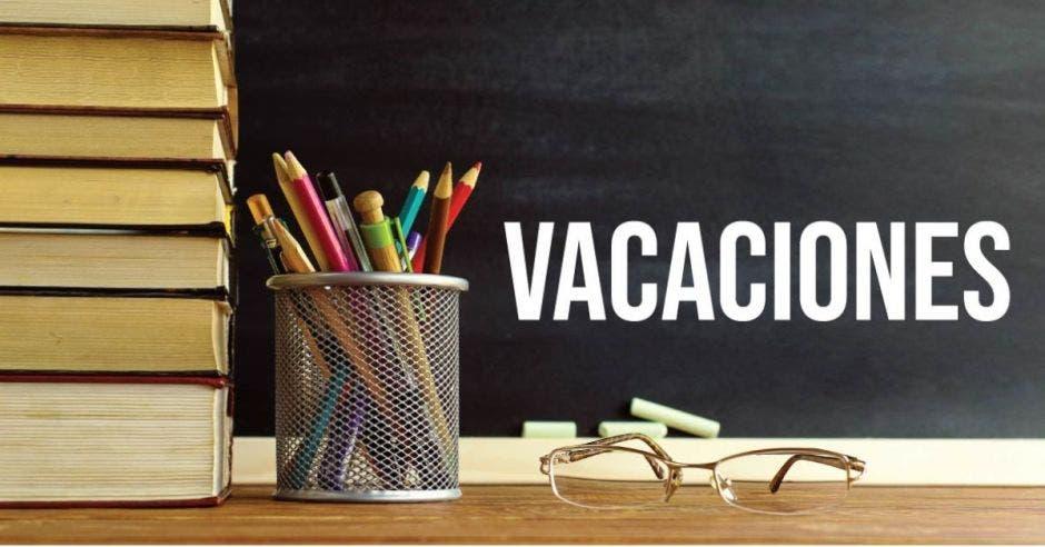 cuadernos y lápices con símbolo de vacaciones