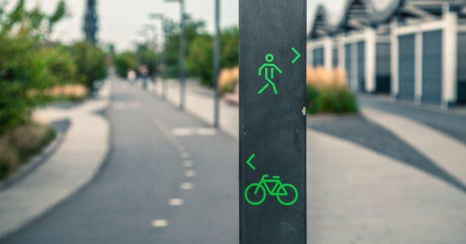 Una señal de tránsito para peatones y ciclistas