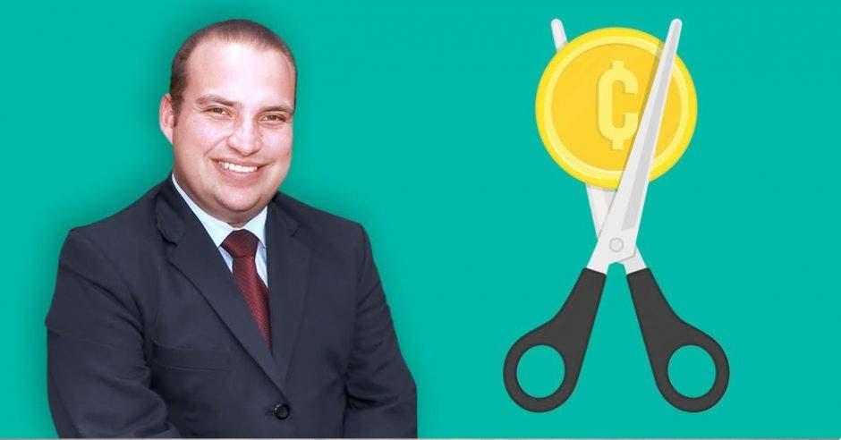 Pablo Heriberto Abarca posa frente a una tijera cortando una moneda