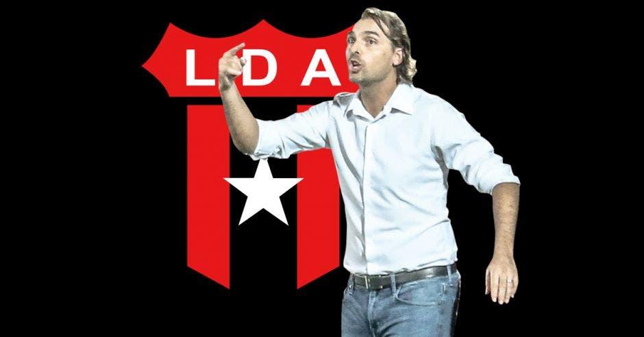 Andrés Carevic, frente al escudo de LDA