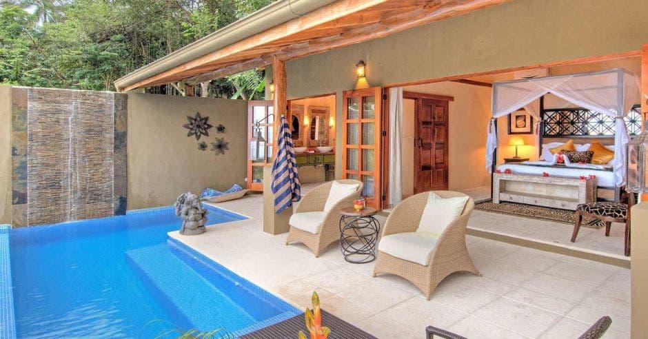 Una lujosa habitación de hotel con piscina y otras amenidades