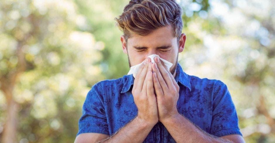 Persona con alergia se cubre la nariz con un pañuelo