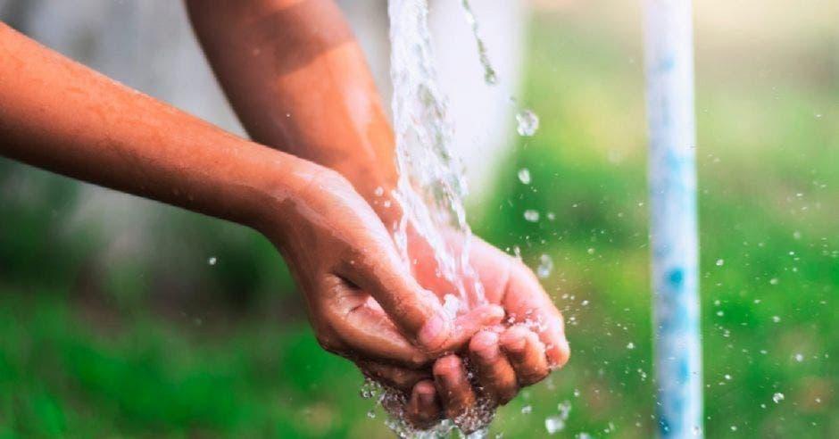 Una persona lava sus manos