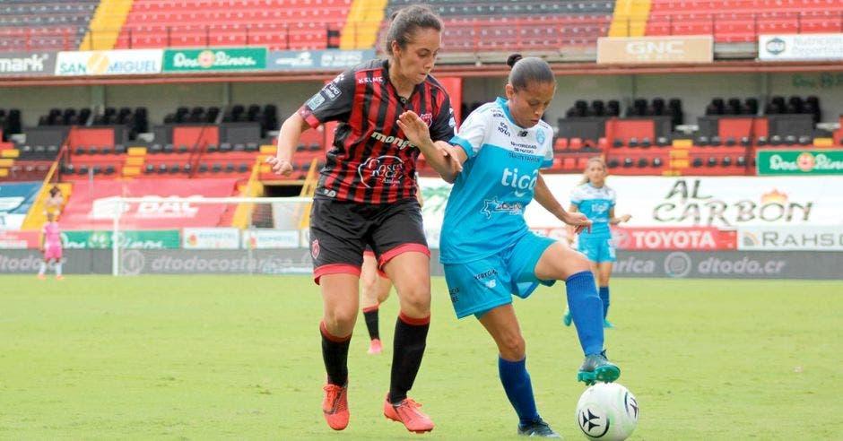 Dos mujeres jugando fútbol