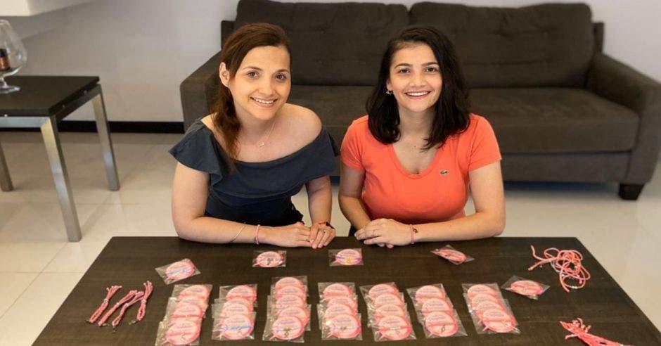 Emprendedoras juntas presentan sus pulseras sobre una mesa