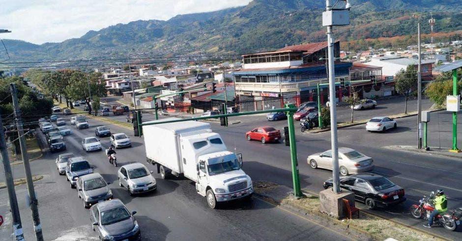 Fila de carros en el semáforo de Hatillo 6
