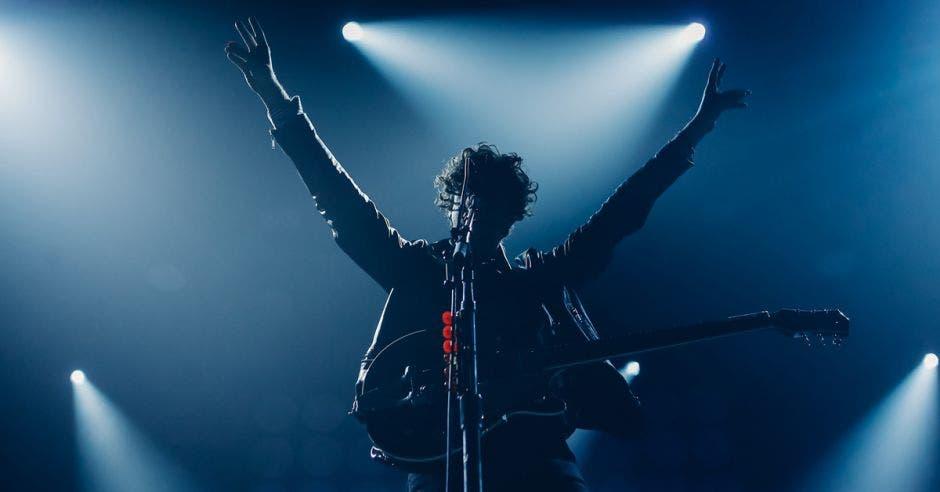 Hombre en un escenario dando un concierto