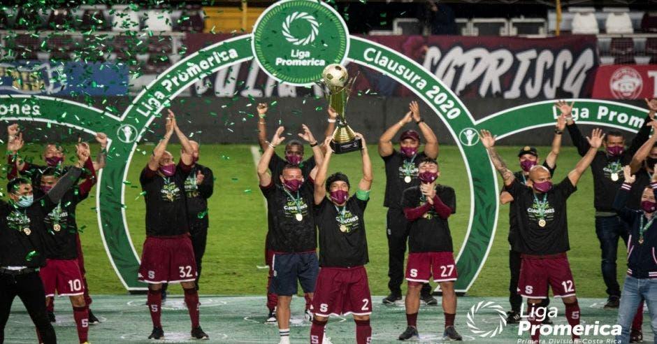 celebracion saprissistas levantando el trofeo