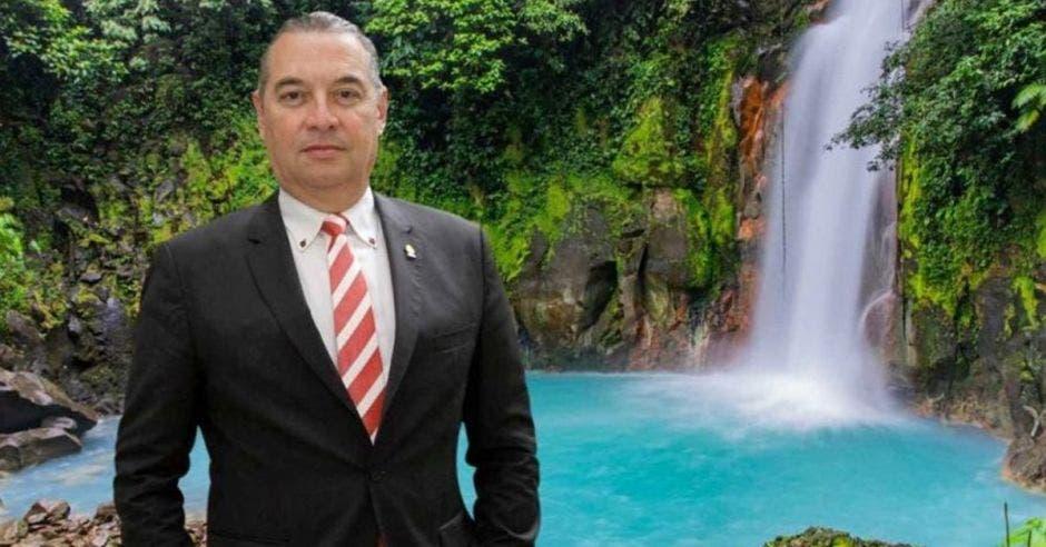 Roberto Thompson, diputado de Liberación frente a una cascada