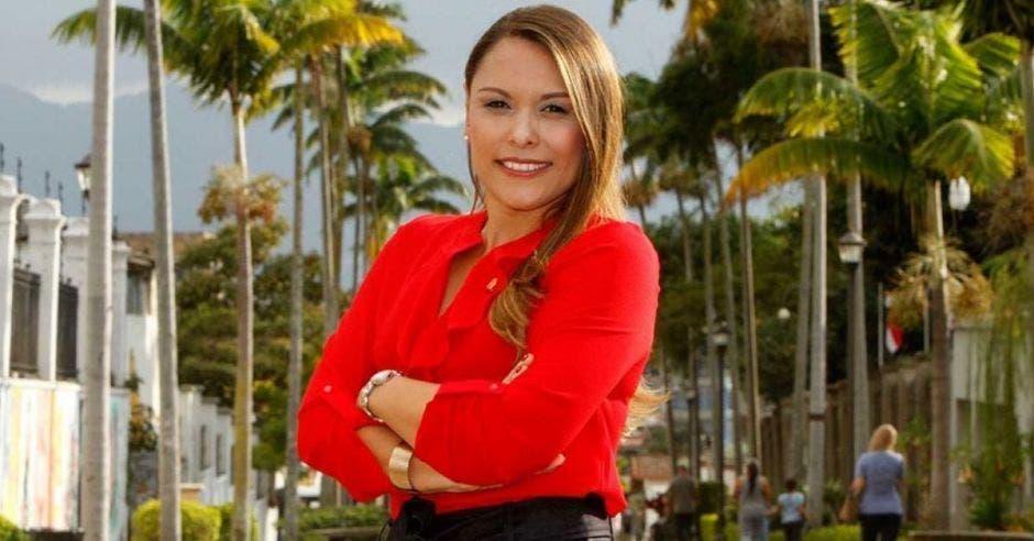 Ivonne Acuña, diputada independiente posa frente a palmeras