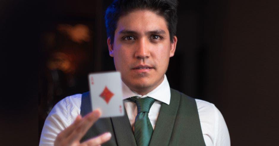 Diego Vargas sostiene una carta