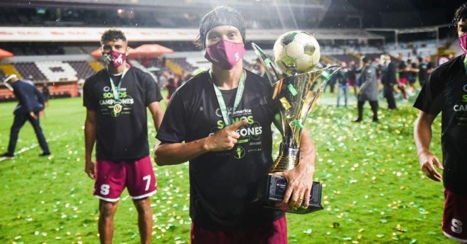 Jugador de Saprissa posa con el campeonato
