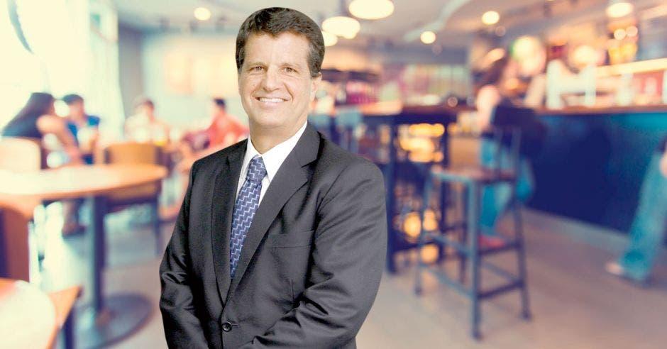 Julio Castilla, presidente de la Cámara de Comercio, posa en un restaurante