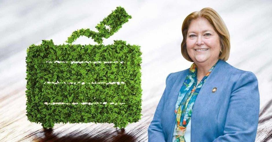 Ministra de Turismo con fondo de árbol con hojas