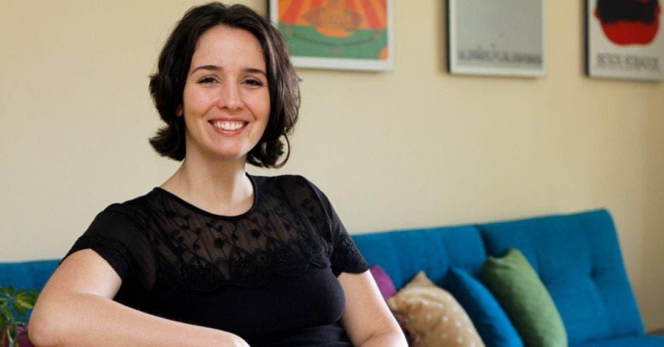 Antonella Sudassasi sentada en un sillón