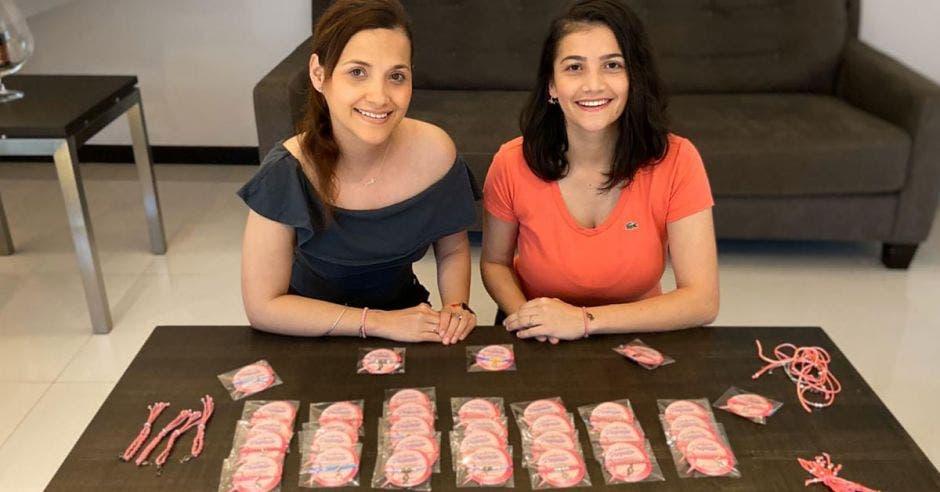 Emprendedoras sentadas en una mesa con pulseras