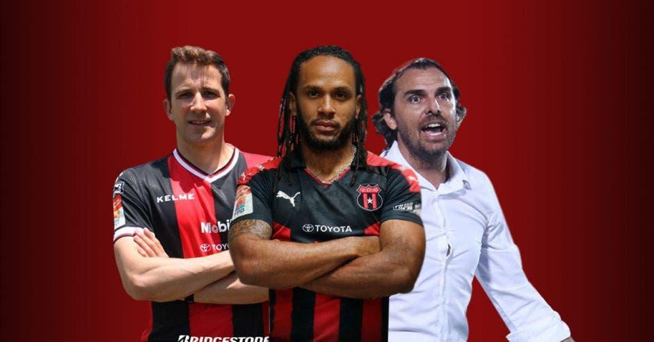 Directivo de Alajuelense junto a delantero Jonathan McDonald y entrenador Andrés Carevic