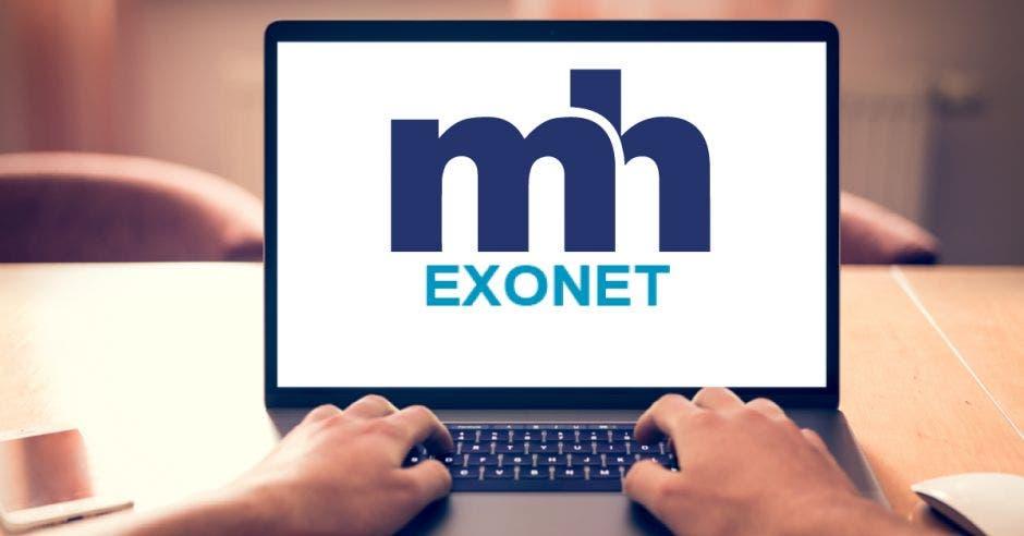 Hombre utiliza teclado de laptop en sistema Exonet