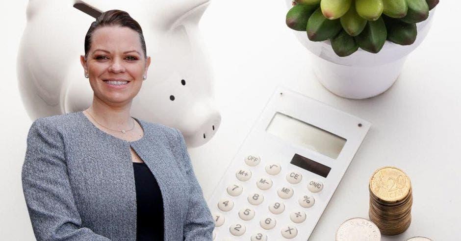 Mujer con una computadora y planta de fondo